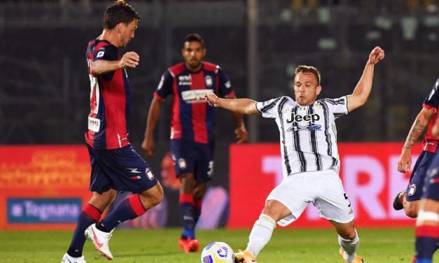 Ver: el mediocampista de la Juventus Arthur choca contra Ferrari