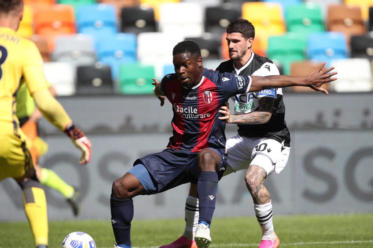 Bologna's Musa Barrow holds off Udinese's Rodrigo De Paul