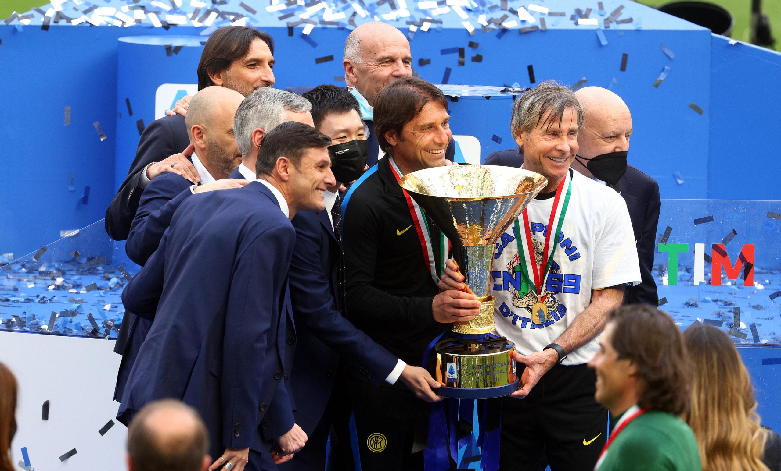 Antonio Conte celebrates the Scudetto with his backroom team