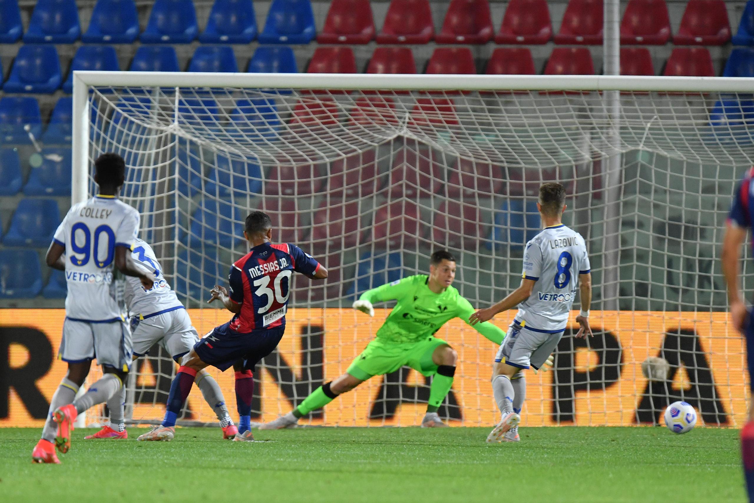 Junior Mesias scores for Crotone against Verona