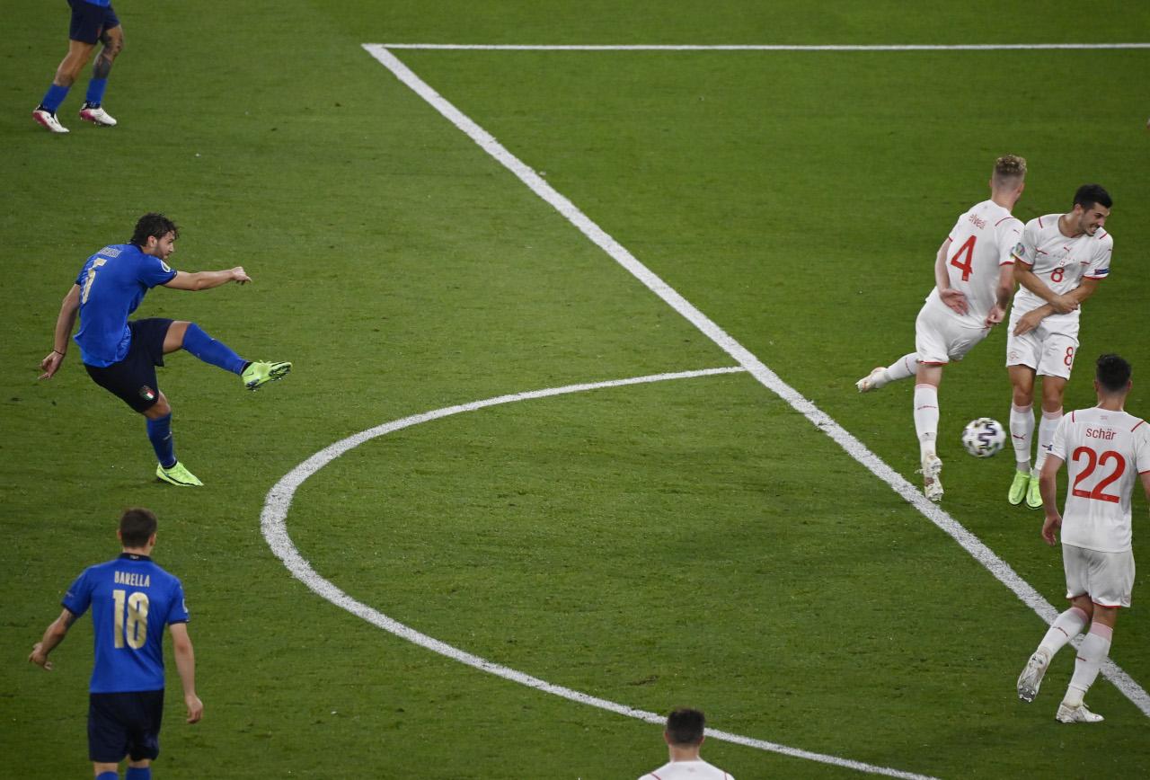 Manuel Locatelli scores for Italy in Euro 2020
