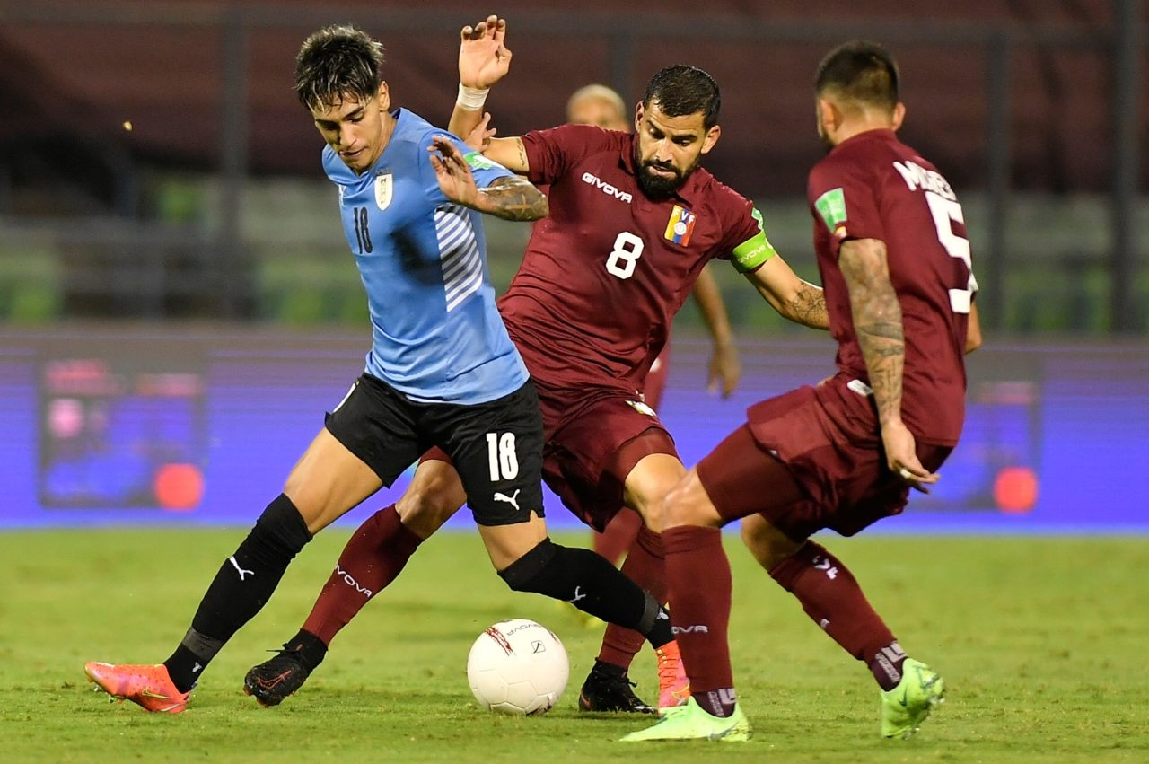 epa09256363 Tomas Rincon (C) of Venezuelan vies for the ball with Facundo Torres (L) of Uruguay during the South American Qualifying for the Qatar 2022 World Cup soccer match between Venezuela and Uruguay at Olimpico UCV stadium in Caracas, Venezuela, 08 June 2021. EPA-EFE/Matias Delacroix POOL