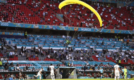 Video: Parachute protest in France vs. Germany