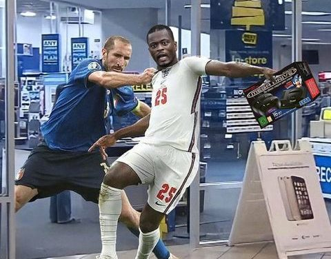 Evra jokes about Chiellini's foul on Saka