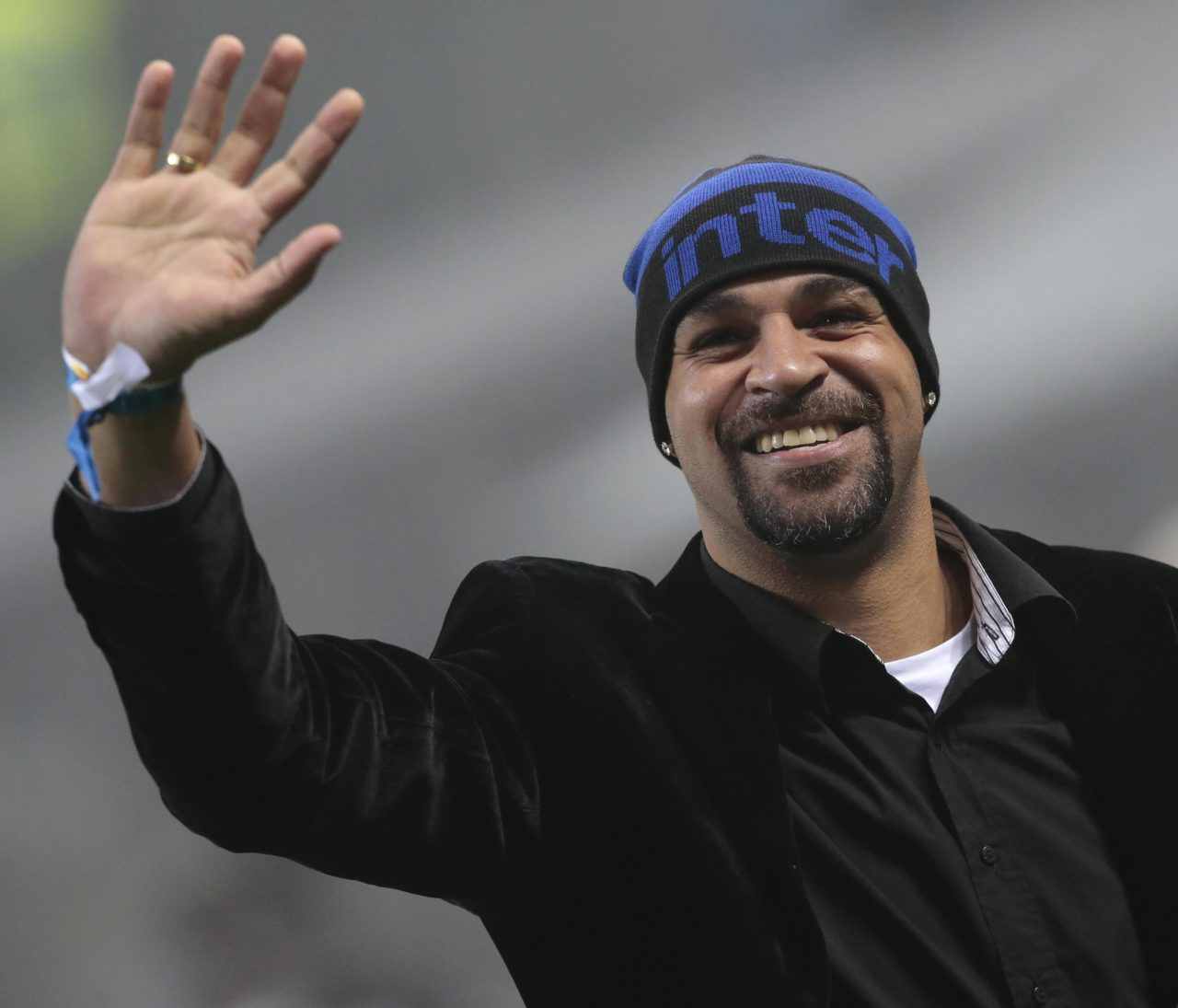 epa05684932 Former Inter's forward Adriano Leite Ribeiro greets supporters prior to the Italian Serie A soccer match Inter FC vs SS Lazio at Giuseppe Meazza stadium in Milan, Italy, 21 December 2016. EPA/EMILIO ANDREOLI