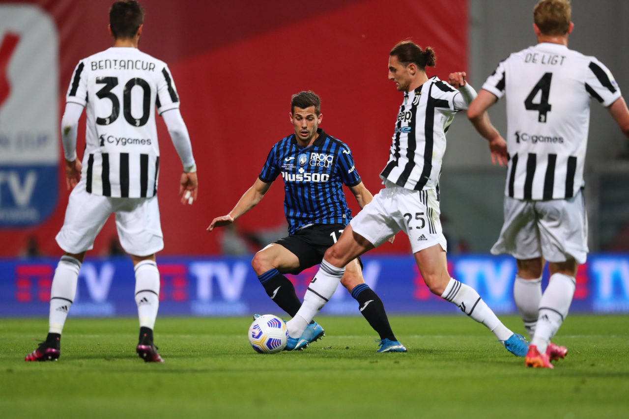 epa09213566 Juventus's Adrien Rabiot (2-R) competes for the ball with Atalanta's Remo Freuler (2-L) of Atalanta during the Italian Cup final soccer match between Atalanta BC and Juventus FC at Mapei Stadium in Reggio Emilia, Italy, 19 May 2021. EPA-EFE/PAOLO MAGNI