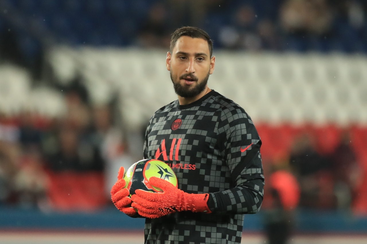 epa09488349 Paris Saint Germain's goalkeeper Gianluigi Donnarumma warms up for the French Ligue 1 soccer match between PSG and Montpellier at the Parc des Princes stadium in Paris, France, 25 September 2021. EPA-EFE/CHRISTOPHE PETIT TESSON