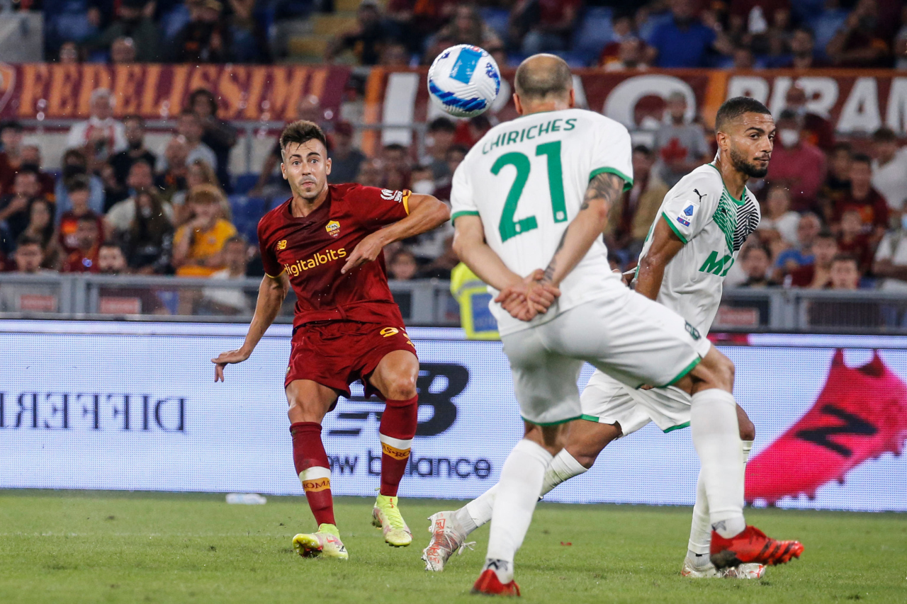 epa09464410 Roma's Stephan El Shaarawy (L) scores the 2-1 lead during the Italian Serie A soccer match between AS Roma and US Sassuolo Calcio at the Olimpico stadium in Rome, Italy, 12 September 2021. EPA-EFE/FABIO FRUSTACI