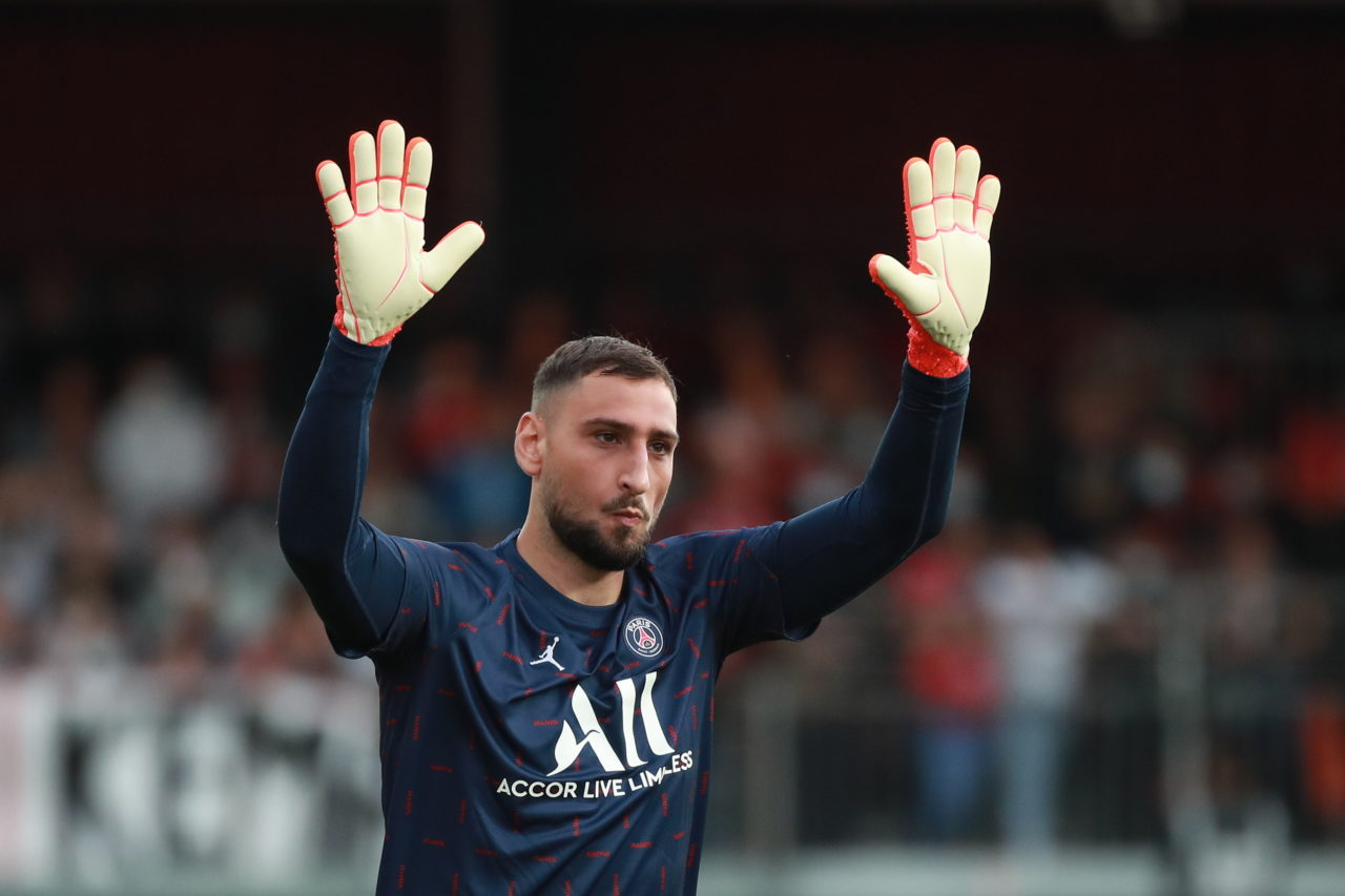 epa09422367 Paris Saint Germain goalkeeper Gianluigi Donnarumma greets the fans during the warm up prior to the French Ligue 1 soccer match between Paris Saint Germain and the Stade Brestois in Brest, France, 20 August 2021. EPA-EFE/Christophe Petit Tesson