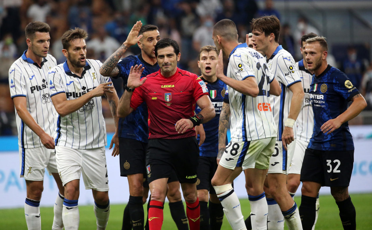 epa09488103 Players argue with referee Fabio Maresca during the Italian Serie A soccer match between FC Inter and Atalanta at Giuseppe Meazza stadium in Milan, Italy, 25 September 2021. EPA-EFE/MATTEO BAZZI