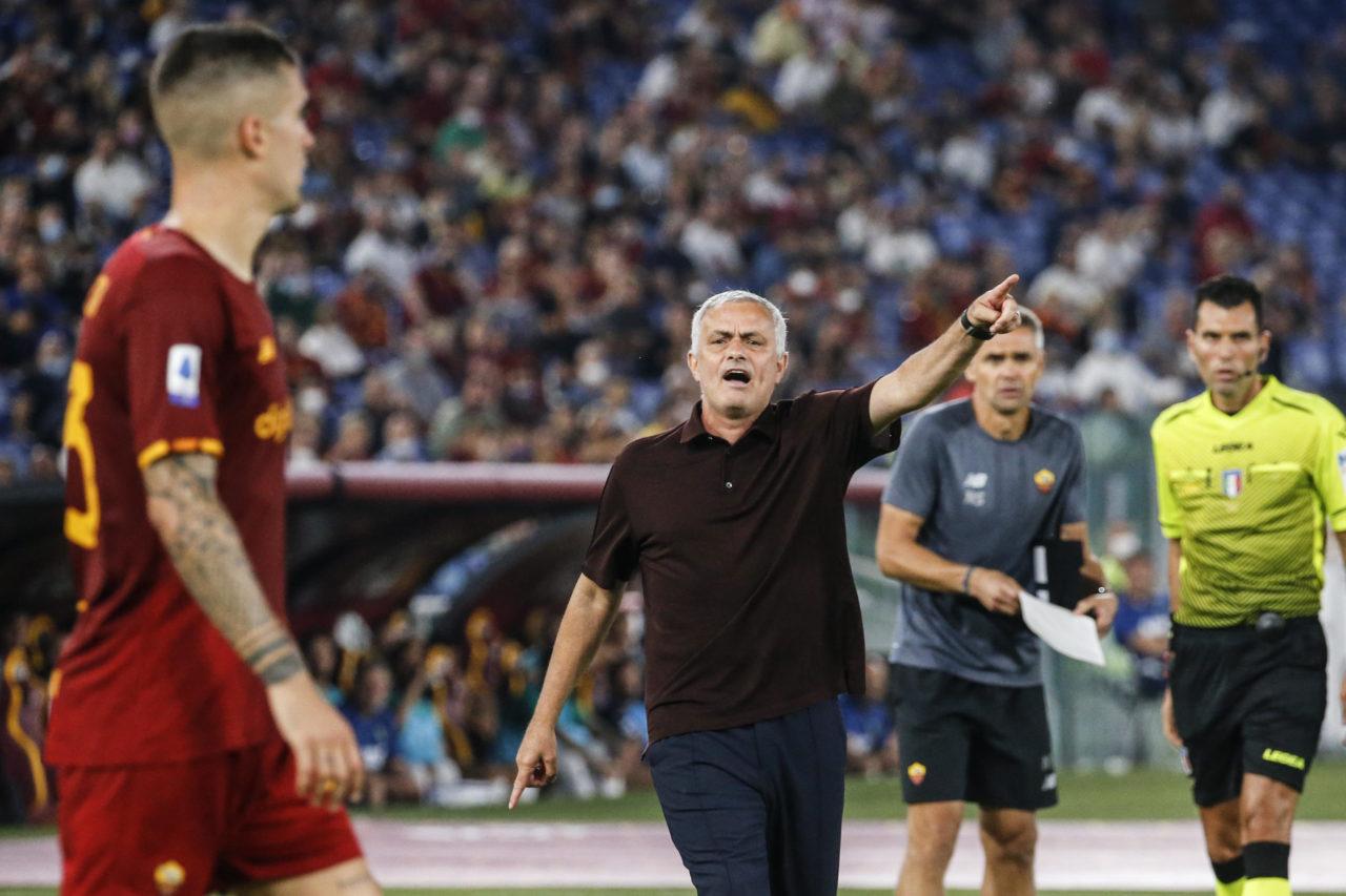 epa09464330 Roma's head coach Jose Mourinho (C) reacts during the Italian Serie A soccer match between AS Roma and US Sassuolo Calcio at the Olimpico stadium in Rome, Italy, 12 September 2021. EPA-EFE/FABIO FRUSTACI