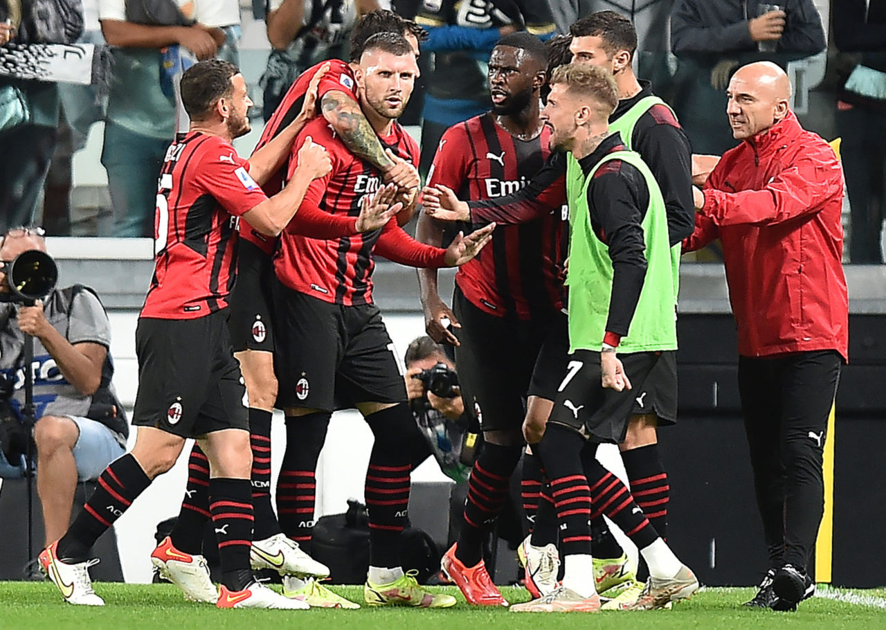 epa09477269 Milan's Ante Rebic (C) celebrates with teammates after scoring the 1-1 equalizer during the Italian Serie A soccer match between Juventus FC and AC Milan in Turin, Italy, 19 September 2021. EPA-EFE/ALESSANDRO DI MARCO